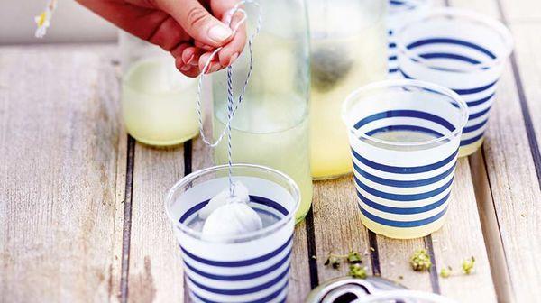 Citronnade au thym :  Jus de 4/5 citrons, 2 cuil. à soupe de thym, 50 g de sucre en poudre, 1,5 litre d'eau plate fraîche.  Dans une casserole, faites chauffer le jus de citron avec le sucre, le temps de les faire fondre. Dans une grande carafe versez l'eau, le jus de citron sucré, mélangez bien et laissez infuser le thym dans une gaze ficelée au goulot, puis placez la carafe au réfrigérateur. Servez avec des glaçons.