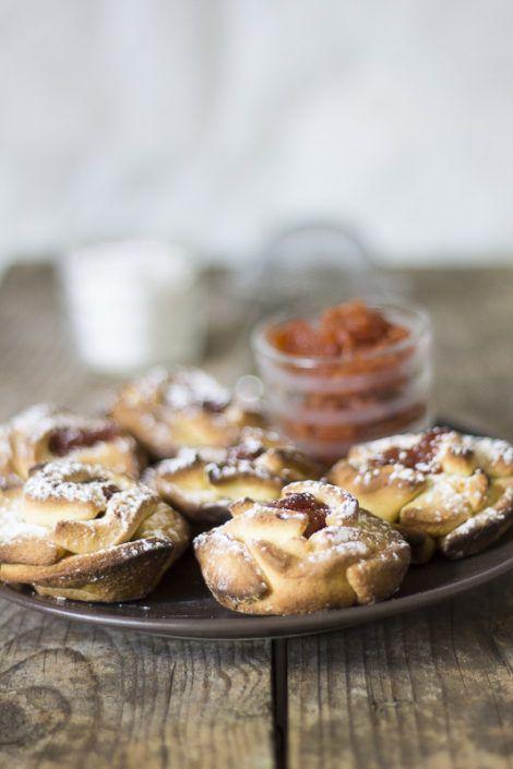 Roselline di frolla alla confettura di mele cotogne Shortcrust pastry mini roses with quince jam