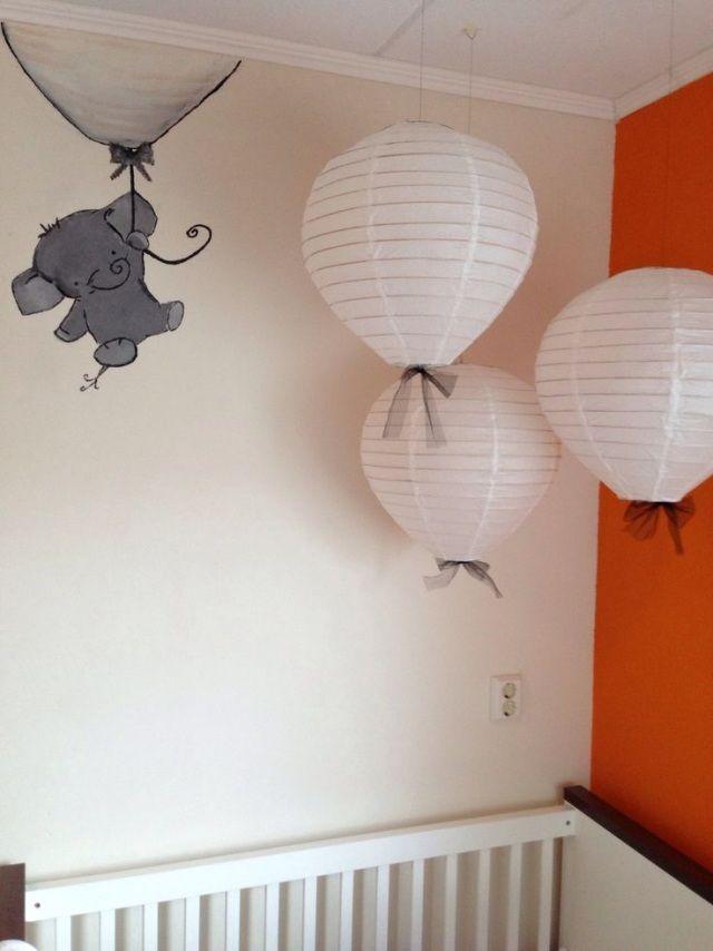 Chambre Parentale Marron :  en papier et un dessin éléphant gris dans la chambre bébé