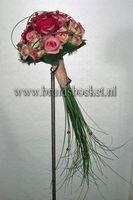 1203. Bruidsboeket biedermeier spangras rode en roze rozen