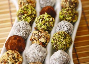 Trufe de ciocolată  Trufele pot fi un cadou minunat. Imaginează-ţi cum ar fi să primeşti în dar o cutie cu dichis, plină cu delicii ciocolătoase. Zi de nastere, Reţete de deserturi, Craciun, paste, Reţete cu cocos, petrecere, Reţete cu smântână, Franceza, Cadouri gourmet, Vegetariana, Reţete cu fistic, Ziua femeii, Rețete cu cacao, Reţete cu ciocolată, Cina, Anul Nou, Reţete de bomboane, Pentru familie