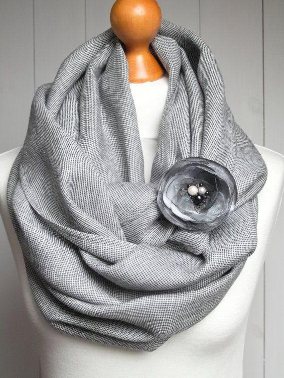 * Infinity sjaal gemaakt van lichtgewicht natuurlijke linnen stof. Stof gebruikt voor deze sjaal is gemaakt van natuurlijke, zuiver linnen weefsel met geruite patroon. * Ik heb dit versierd sjaal is met een grijze bloem broche. Elke broche is handgemaakt met oog voor detail. * Sjaal van randen zijn beveiligd met een nette zoom * Klaar voor verzending * Maatregelen: 64 (164cm) inch rond en 23,6(60cm) inch breed * Broche meet 8cm * Linnen stof was voorwas; hand wash of machinewas op zachte…