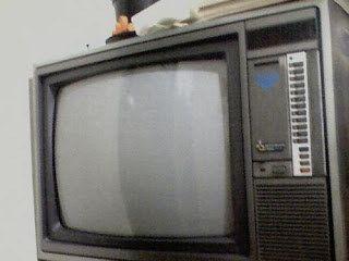 Antes da TV portátil, a última grande sensação eletrônica da sua casa tinha sido a fabulosa televisão com CONTROLE REMOTO.