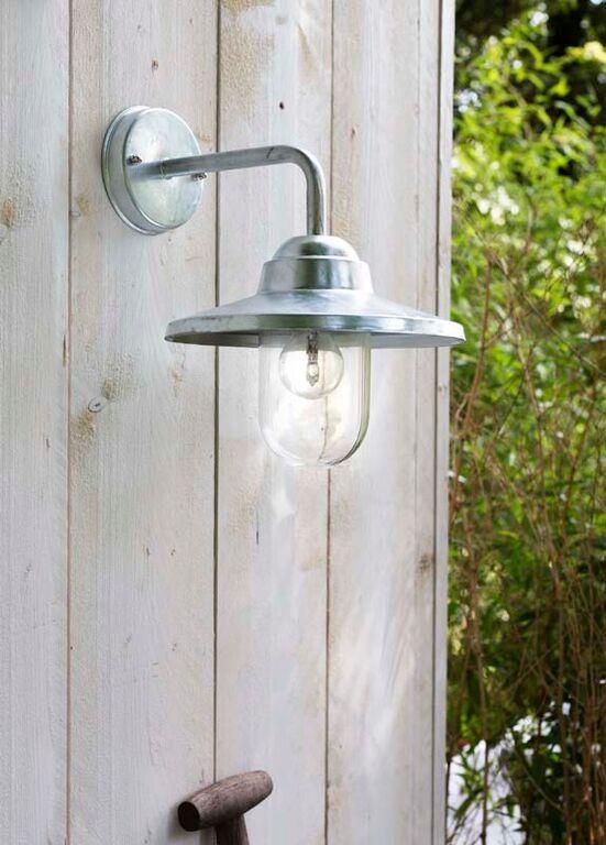 KARWEI | Bij de buitendeur kun je het beste kiezen voor een felle lamp zodat je altijd goede verlichting hebt.