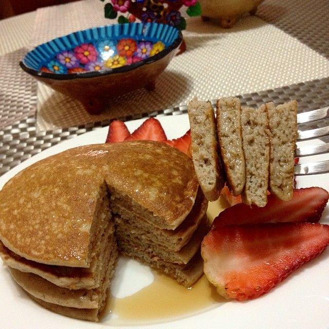 soysaludable Otra versión de panquecas mass ricas y saludables! Panquecas con banana! En una licuadora agrega 1 huevo entero + 2 claras + 1 banana madura + 1/2 cucharadita de vainilla + 1/2 cucharadita de polvo para hornear y 1/2 taza de avena cruda en hojuelas + 1 sobre de endulzante sin calorias! Licúa durante un minuto y listo!!! Al sarten antiadherente, bien tapadas, hasta que doren. Sirvelas con sirope sin azúcar, o crema de cacao y avellanas sin azúcar y acompaña con fresas o banana en