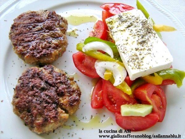 Un classico della cucina greca che amo tanto ...i bifteki accompagnati dalla tipica insalata greca con peperoni feta e pomodori! La cucina di ASI