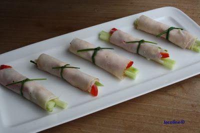 Kipfilet rolletjes met komkommer en paprika Lekker voor in je lunchbox, als tussendoortje, (borrel) hapje of om je salade op te fleuren. Rolletjes kipfilet met dunne reepjes paprika en komkommer. De komkommer in de lengte snijden zodat je lange reepjes...