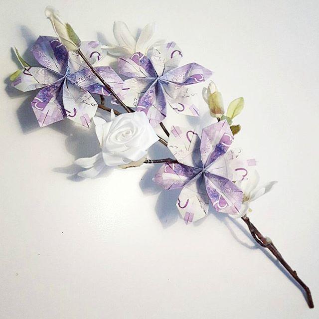 Ska du ge bort pengar till någon? Gör det med en blomma Denna gjorde jag för nått år sen,hade en konstgjord blomkvist hemma, gjorde en vit ros av satinband och blommor av en del 20,or som jag satte fast kändes roligare att ge pengar såhär än i ett kuvert! Finns riktigt bra beskrivningar på goggle!  #födeldedag #gebortpresent #pengar #blommor #pengablommor #gördetsjälv #tips #återbruka #pyssel #pysselinspo #viärallapysselmorsor #rosor #pyssla #101ideer #jonnaspyssel #adlibrisdiy #make...