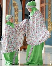 Musim mother and daughter in prayer garment