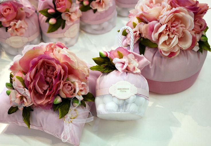 #Bomboniere a cuscino con rose e #confetti.