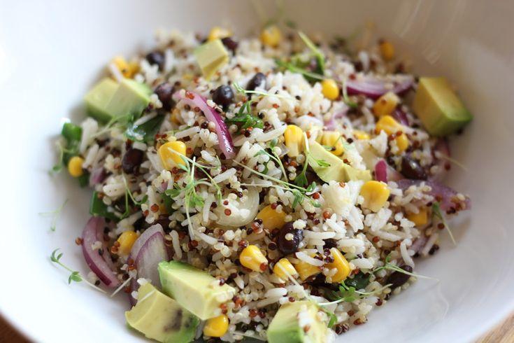 Dunkle Bohnen-Mais-Avocado Salat mit Reis und Quinoa