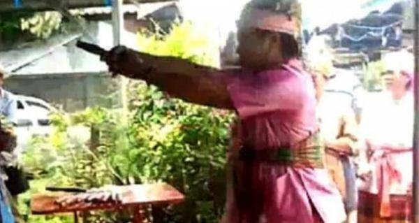 """Aktor 'Debus' Thailand Sekarat di Depan Penotnon, Tubuhnya Tembus Oleh """"Pedang"""" Debus"""