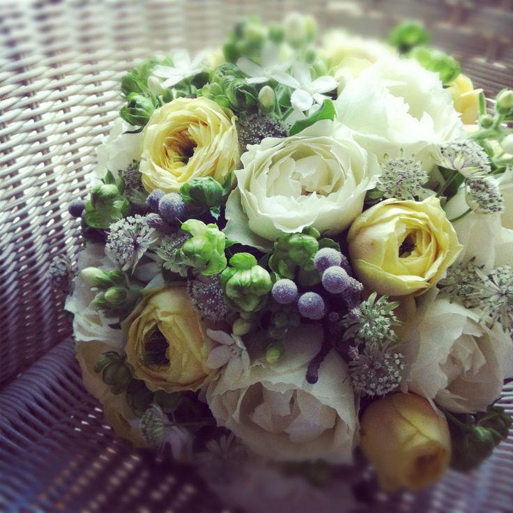 カップ咲きのバラ入りブーケ