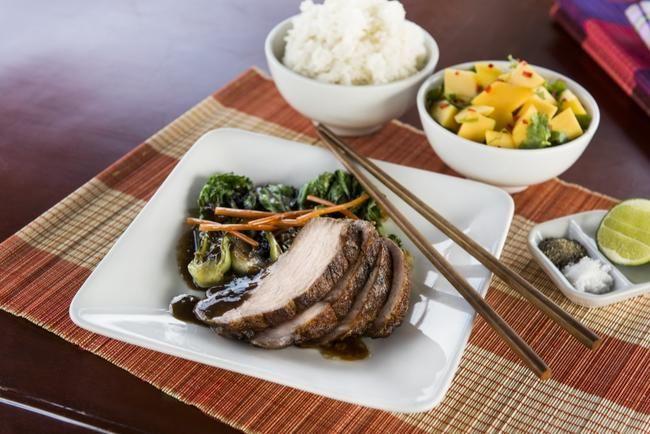 Svinenakke med wok og mangosalat - mørt, saftig og med mye god smak.