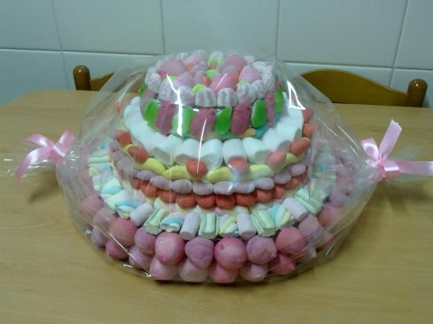 The Best Gift you can take top a kids party... and so easy to do since the bottom part is nothing more than Styrofoam covered with aluminum where you can stick the toothpick that holds the marshmallows and other gummy bears....