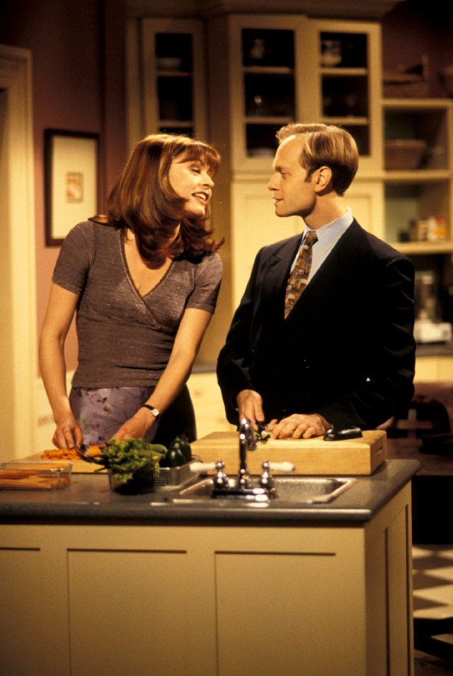 Dum ta dum ta dum ta dum ta....... Niles helps Daphne & they sing as they chop in unison - David Hyde Pierce and Jane Leeves in Frasier