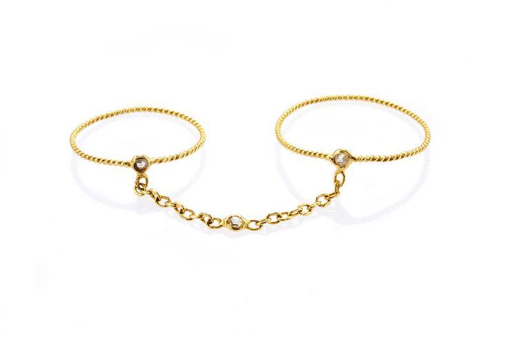 Composizione:doppio anello da prima e seconda falange realizzato con un filo di oro a 18 carati a sezione ritorta con tre piccoli punti luce