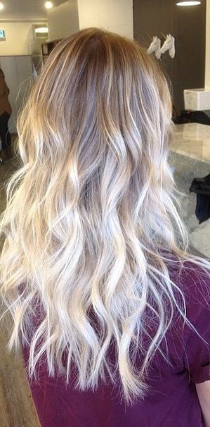 Nice color melt here – from a light natural blonde to platinum ends. Color by Somboun June.
