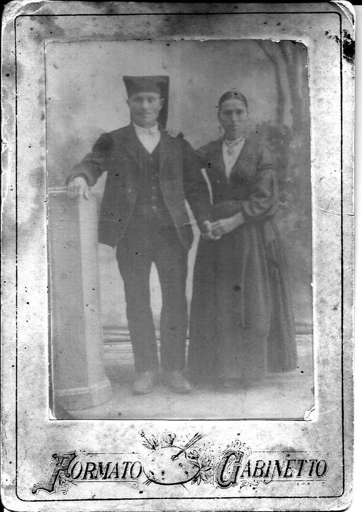 Dovrebbero essere i nonni di mio padre.Data incerta, ma considerando che mio nonno era del 1890, questa foto potrebbe essre datata intorno alla fine del 1800 inizi 1900.