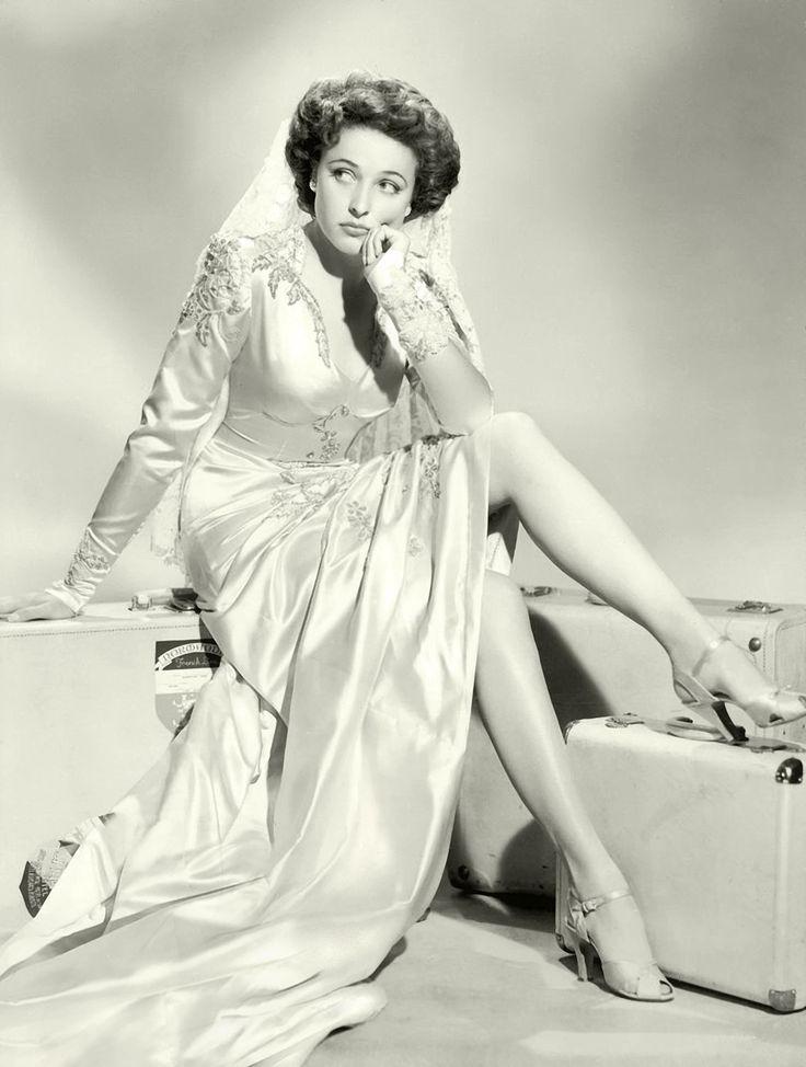 """Laraine Day (13 de octubre de 1920 – 10 de noviembre de 2007) En 1939 fue contratada por MGM, haciéndose famosa, ya bajo el nombre de Laraine Day, por su papel de """"Enfermera Mary Lamont"""" en una serie de siete películas del personaje """"Dr. Kildare"""" en las cuales Lew Ayres interpretaba al personaje del título, siendo la primera de ellas Calling Dr. Kildare (1939). Imagen de Those Endearing Young Charms"""