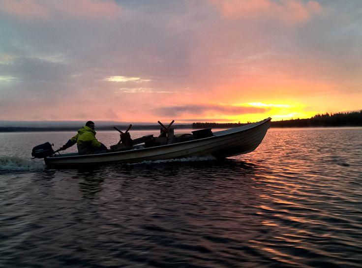 Le soleil de minuit dans le Lac Miekojärvi à Pello en Laponie – la Perle du Cercle Polaire