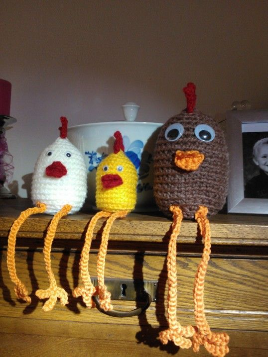 Hæklede kyllinger/høns med lange ben.  Opskriften er herfra: http://muselberg.blogspot.dk/2012/03/diy-hklede-kyllinger.html