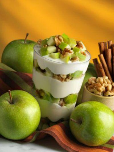 Copa de yogurt Una rica idea para tu desayuno o postre nada mas rico que algo casero una copa de yogurt con manzanas verdes y nueces......fresca y nutritiva. Quedaras bien con tus invitados espero te guste esta idea.