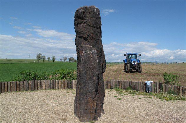 Za starobylými kameny nemusíte nutně podnikat daleké cesty do Bretaně či na Korsiku. Stačí se vypravit třeba směrem na Louny. Nejvíc těchto balvanů podivínů najdete na pomezí severních a středních Čech. Má to ale háček. Podle archeologů se nikdy neprokázalo, že by mezi nimi byl opravdový menhir.