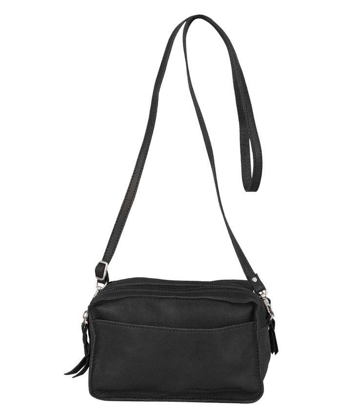 De Bag Folkestone van Cowboysbag is een handig crossover tasje met een stoere afwerking. De tas heeft twee hoofdvakken met ritssluiting, een open voorvak en een binnenvakje met rits. De tas heeft een lang verstelbaar en afneembaar hengsel. Een ideaal tasje voor een avondje uit!