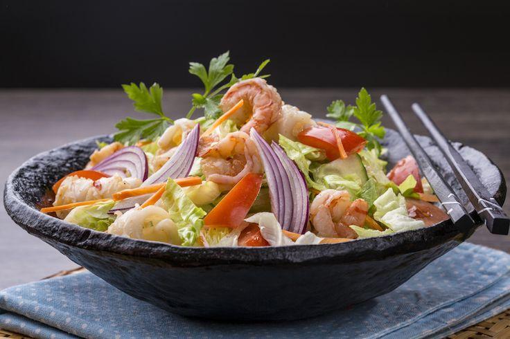 Tengergyümölcsei saláta: királyrák, kagyló, tintahal, chili, halszósz, citrom, paradicsom