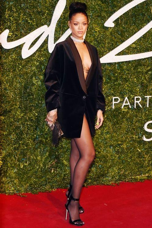 Rihanna avec une veste Stella McCartney et boucles d'oreille Jessica McCormack aux British Fashion Awards en décembre 2014