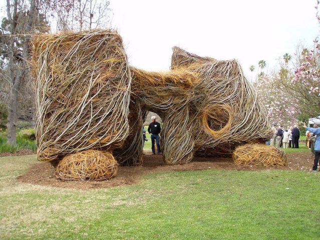 ほぼ無加工の木や小枝をまとめるだけで作られた作品。素材の特徴をそのまま活かすというのはすごい