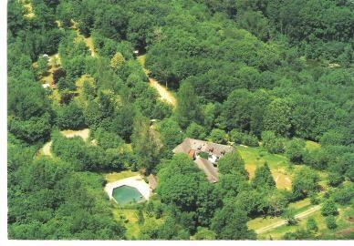 Mooie camping met huisjes en zwembad. Geen telefonisch bereik op de camping. Dichtsbijzijnde dorp: 5 km. Domaine les Clots, *Mirandol-Bourgnounac (Tarn)