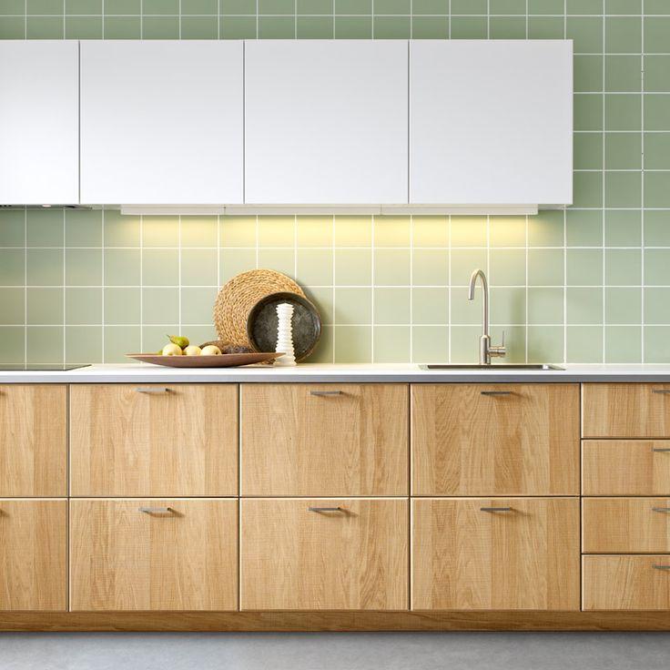 Moderne IKEA-kjøkken i lyst tre og hvitt med hvite benkeplater vaskerom?