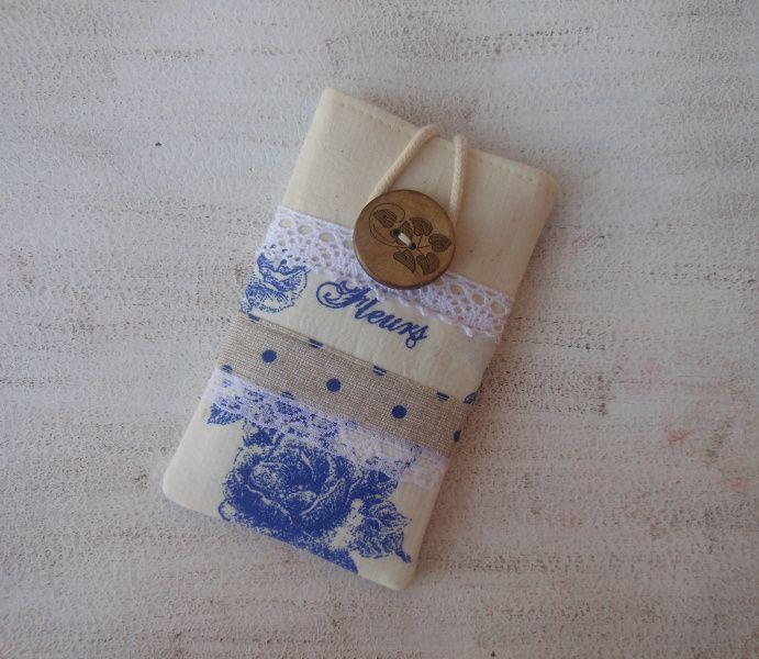 Na mobil *Modré růže* Obal na mobil z kvalitní vzorované bavlny se vzorem růží a smetanové bavlny Uvnitř je modrá puntíkatá bavlna Ozdobený krajkou Zapínání na poutko, dřevěný knoflík Obal je pevně vyztužený Rozměry:výška 13 cm , šíře 8 cm