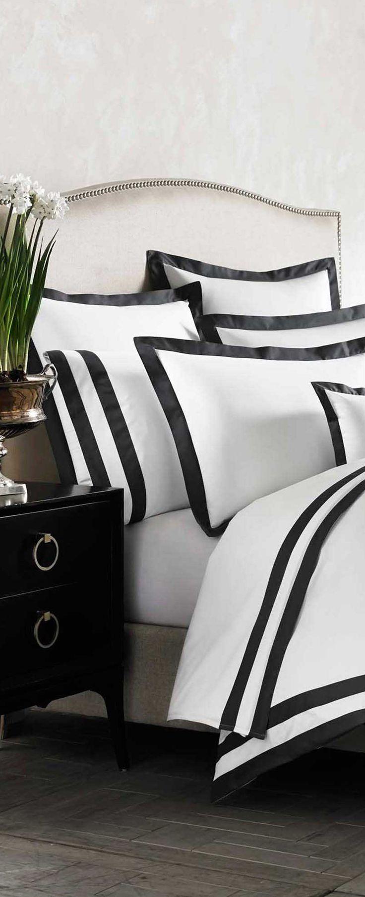 Une chambre en noir et blanc | design, décoration, chambres. Plus d'dées sur http://www.bocadolobo.com/en/inspiration-and-ideas/