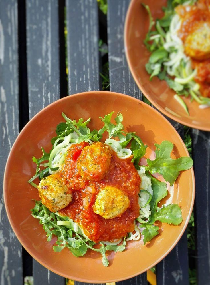 Maak nu zelf dit heerlijke courgetti recept met kipgehaktballetjes in pittige tomatensaus. Courgetti zijn spaghetti-achtige slierten, gemaakt van courgette!