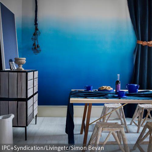 Hier hat jemand tief in den Farbeimer geschaut und ein einzigartiges Raumgefühl erschaffen: Die Wandgestaltung mit blauem Farbverlauf ist kreativ und wirkt…