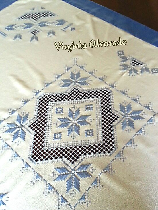 Mantel bordado en hardanger.// Maria L.bertolino/ www.pinterest.com...