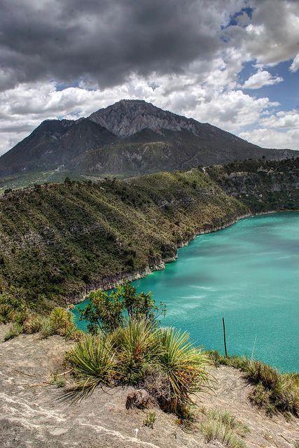 El #axalapasco de Atexcac, en #Puebla formado al llenarse de agua una de las calderas del volcán. El asombroso color del agua se debe a los minerales.