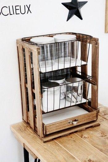 キッチン周りはついついモノが増えてしまいがちな場所ですよね。すのこ棚は収納したいモノのサイズに合わせてDIYが出来るので使い勝手がとてもいいんです。 スプーンやフォークは奥行きがあればいいので高さはあまりいらないですよね。ビンなどは高さがいるので広めに作るなどコントロールしながら無駄なく使えますよ。