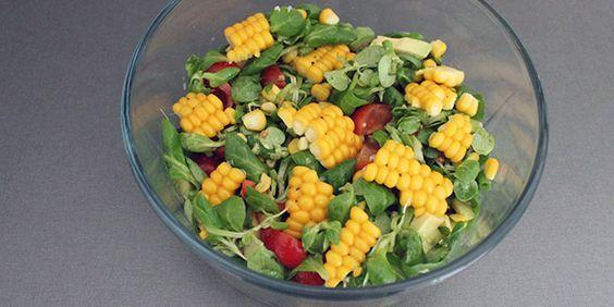 De friske majs gør det virkelig godt sammen med tomat og avocado i den her forrygende salat.