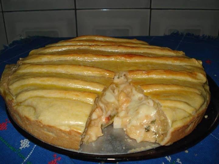 Torta cremosa de palmito Ingredientes Massa:2 xícaras (chá) de farinha de trigo 150 g de manteiga ou margarina 1 gema 1 pote de iogurte natural 1 colher (chá) sal 1 gema para pincelar Recheio: 3 colheres (sopa) de azeite 1 cebola picada 1 tomate picado 1 vidro grande de palmito 1/2 xícara (chá) de azeitonas 1 lata de ervilha 1/2 xícara (chá) de salsa e  cebolinha 1 pote de requeijão cremoso 1 colher (sopa) de farinha de trigo Sal