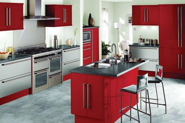 Diese geräumige Küche verfügt über zahlreiche rot lackiert Küchenschränke.