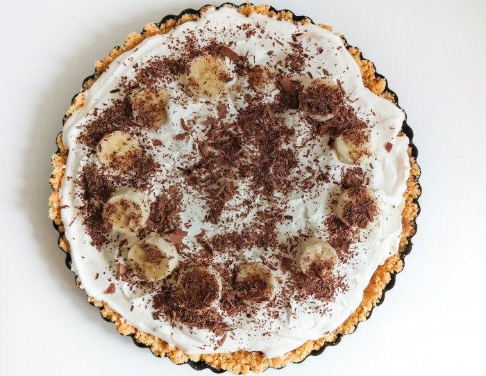 Deze glutenvrije banoffee pie maak je in een handomdraai! Binnen 30 minuten zet je je visite iets heerlijks voor. Simpel, snel, maar vooral enorm lekker!