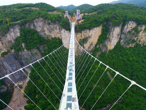 A fost inaugurat ''cel mai mare şi cel mai lung pod de sticlă din lume''.