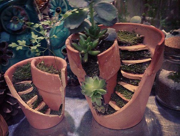 Rozbité kvetináče sa menia na miniatúrne záhradky.