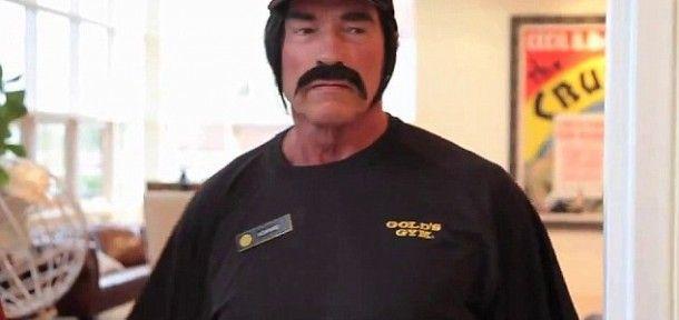 Arnold Schwarzenegger álruhában szívatta a kondizókat