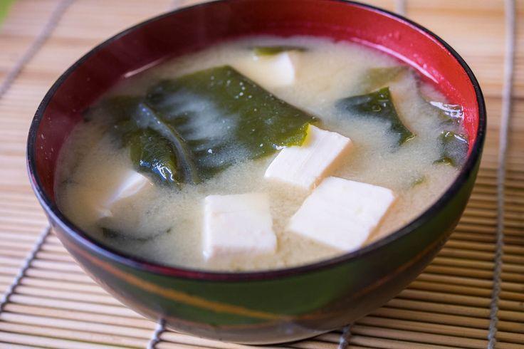 Receta de sopa de miso tradicional. Receta paso a paso con fotos y explicación de ingredientes (tofu, alga wakame, pasta de miso blanco y caldo dashi).