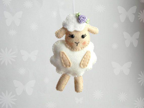 Deze zoete schapen het perfecte decor: kwekerij decor met Pasen decoratie, Baby shower, Kerst ornamenten, baby mobiele speelgoed, doop of doop gunsten.  Elke pluche lam is gemaakt op basis van hand-cut wol vilt, licht gevuld met hypo-allergene polyester vulling en volledig hand genaaid met geborduurde en beaded details.  Grootte (ca.): 4, 5  Pasen decor en mand https://www.etsy.com/shop/Rainbowsmileshop?section_id=15042822&ref=shopsection_leftnav_8 __________...